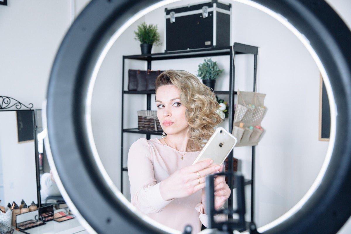 Почему делать селфи с зеркалом - плохая примета, и к чему это может привести