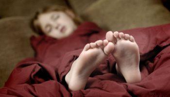 Почему спать ногами к двери — плохая примета