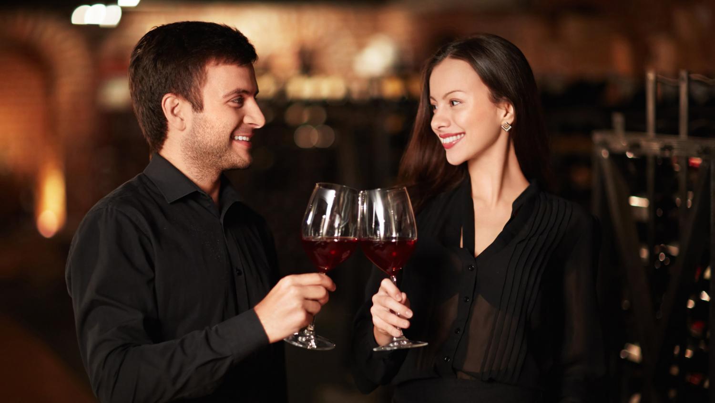 Почему мужу и жене нельзя чокаться: что означает примета