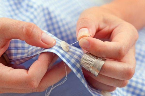 К чему уколоть палец иголкой во время шитья
