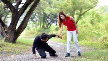 О чем предупреждает примета споткнуться на левую или правую ногу
