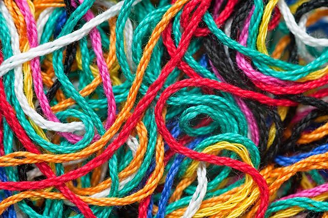 Прилипла белая, синяя, красная и другие нитки на одежду: к чему это