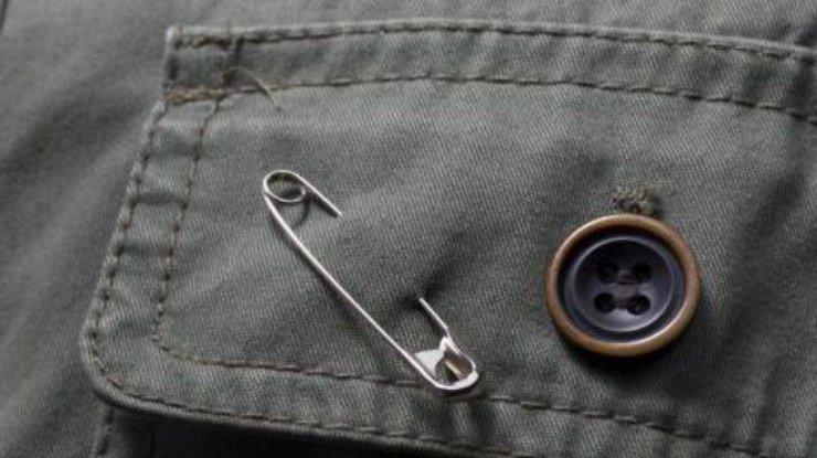Как правильно носить булавку от сглаза