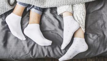 Почему нельзя спать в носках: народные приметы против научных изысканий