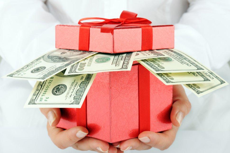 Можно ли дарить деньги и как правильно это делать