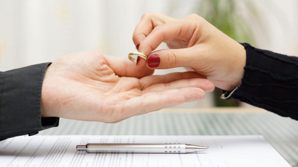 Что можно и нельзя делать с обручальным кольцом после развода
