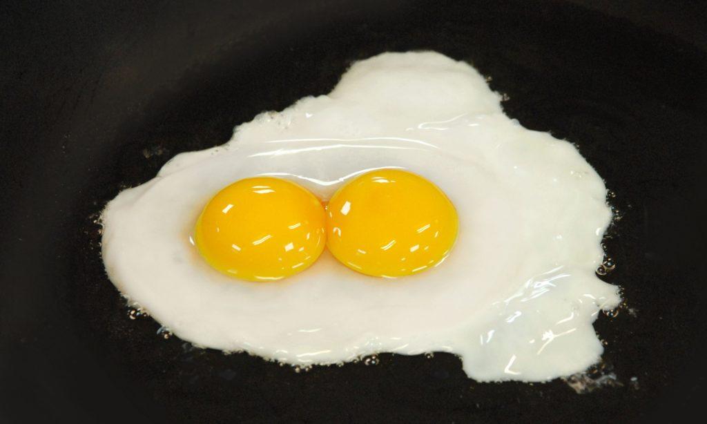 Чего ждать, если попалось яйцо с двумя желтками: народные поверья и суеверия