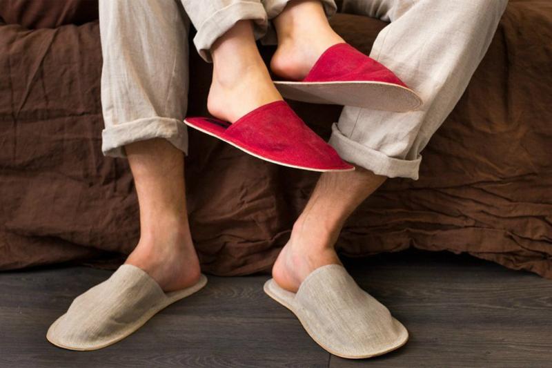 Домашние тапочки мужу в подарок: все за и против