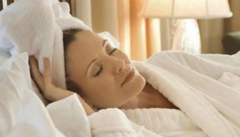 Почему нельзя спать с мокрыми волосами: что говорят приметы по этому поводу