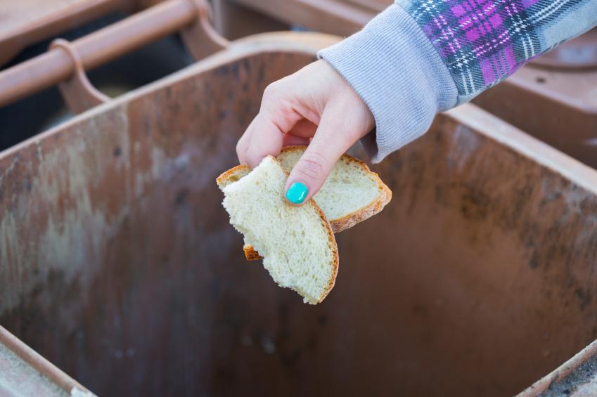 Почему нельзя выбрасывать хлеб: приметы и суеверия
