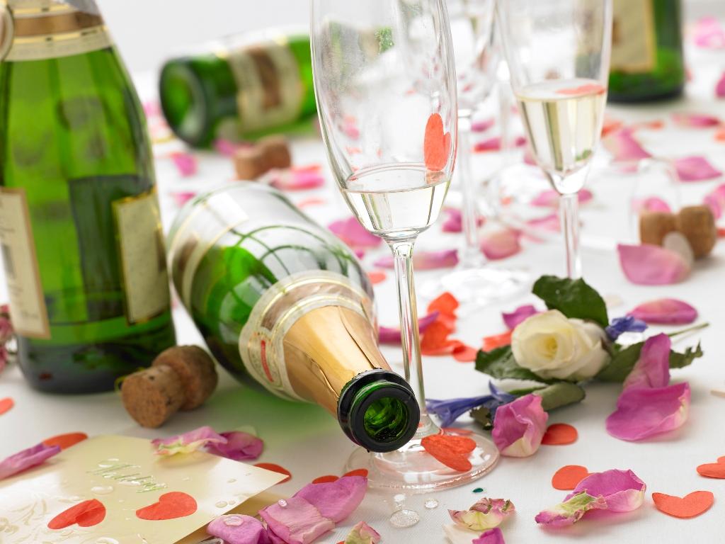 Пустая бутылка на столе: можно ли оставлять согласно приметам и суевериям