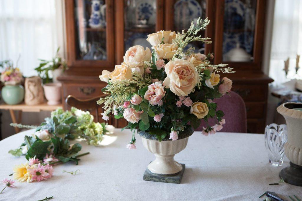 Какие искусственные цветы можно держать в доме и куда их поставить, чтобы букет не принес беды
