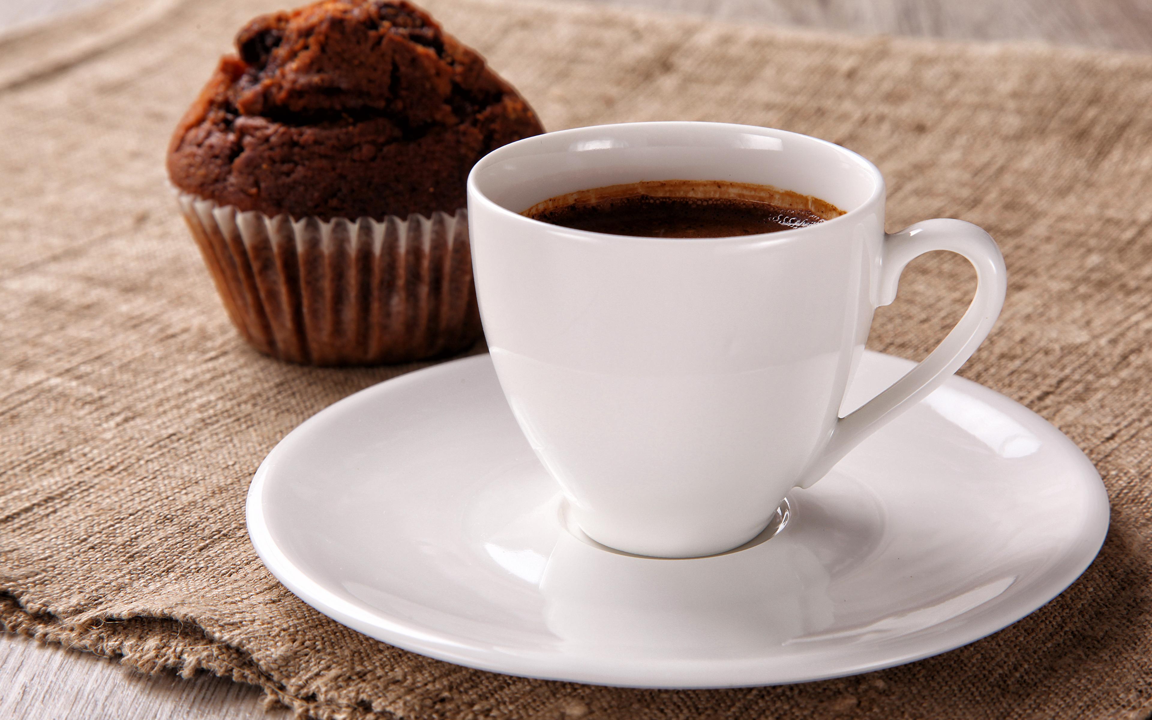 Утренняя неурядица: к чему пролить на себя кофе по приметам