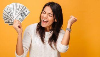 Красное белье на люстре – денежный ритуал, который стоит проверить