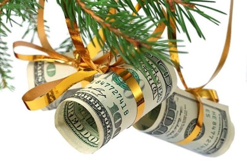 Долларовые купюры на елочных ветках