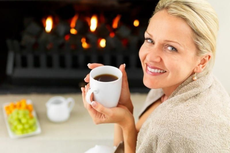 Женщина пьёт кофе